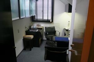 盛岡市の安藤歯科医院では診療台の上ではなく、目と目を合わせてお話できるカウンセリング室があります。